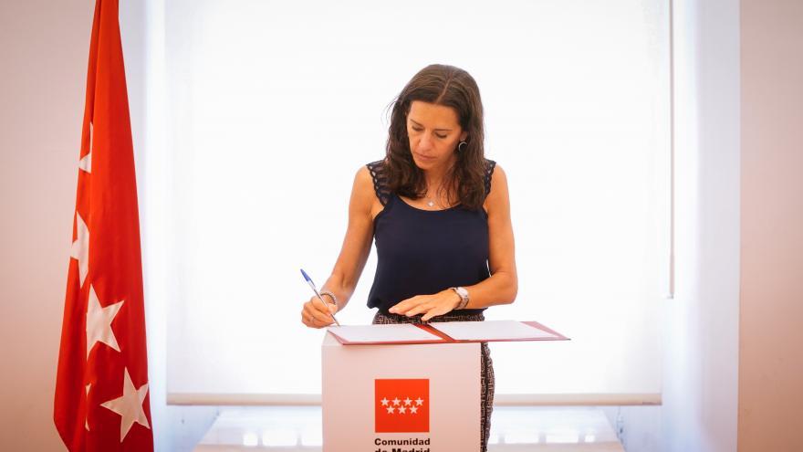 Eugenia Carballedo,  firmando el convenio de colaboración
