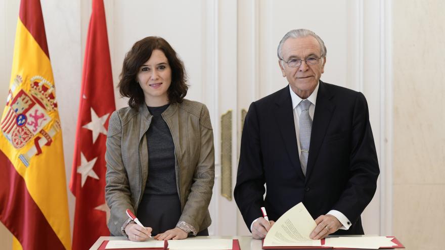 Díaz Ayuso y Fainé firmando el convenio