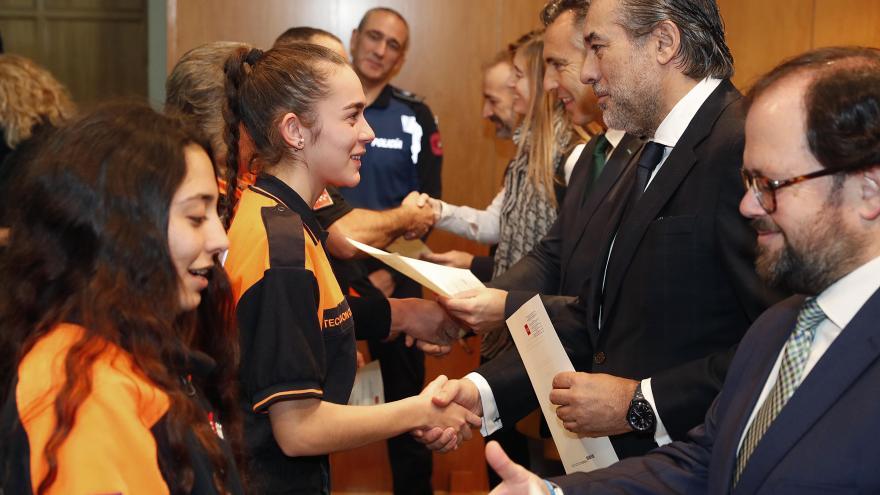 Enrique López entrega titulaciones a voluntarios