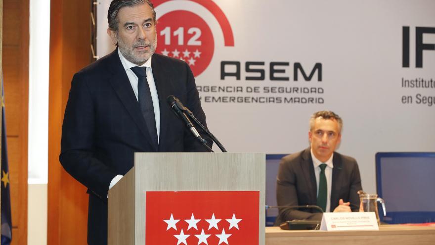 Enrique López hablando desde un atril