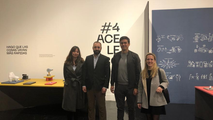 Manuel Giménez durante su visita a una exposición de Madrid Design Festival