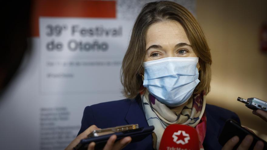 Marta Rivera atendiendo a los medios de comunicación