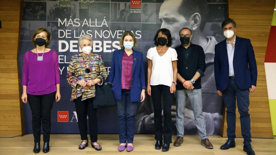 Foto de la consejera con los responsables de la exposición