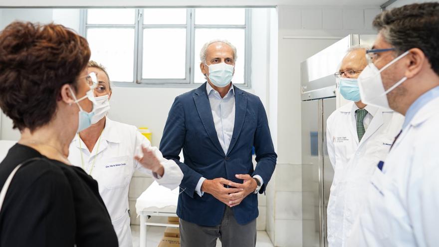 Enrique Ruiz Escudero conversa con algunos médicos