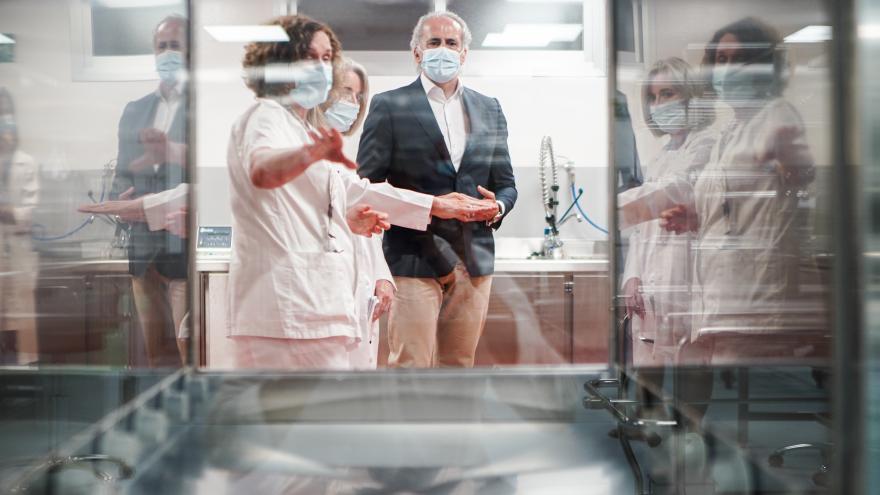 Personal del Hospital La Paz enseñando al consejero las partes de la nueva central de esterilización