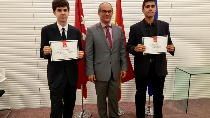 El consejero de Educación e Investigación, Rafael van Grieken, ha recibido a los dos alumnos de la región que han obtenido más nota en la EvAU