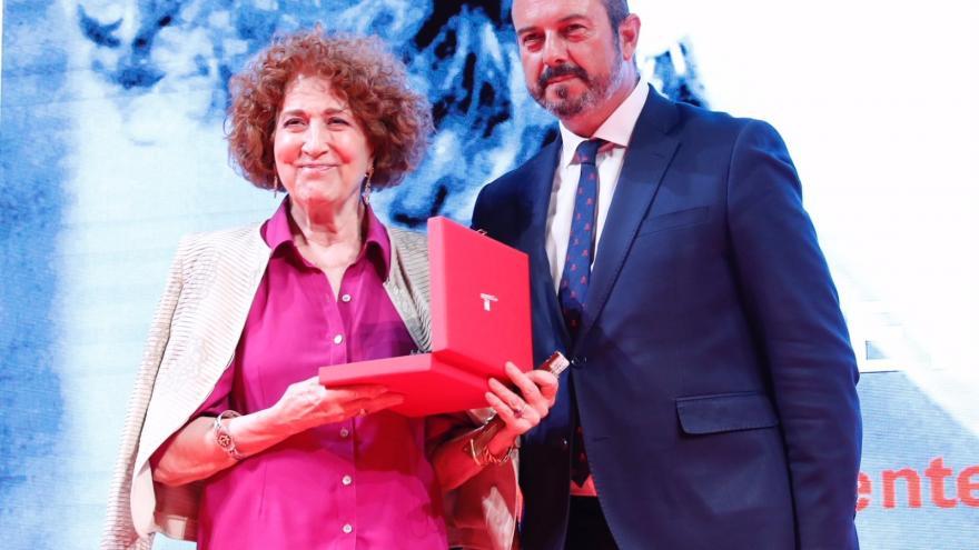 Pedro Rollán entregando un premio
