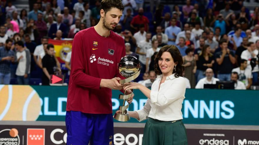 Ayuso entregando un trofeo al jugador del Barcelona