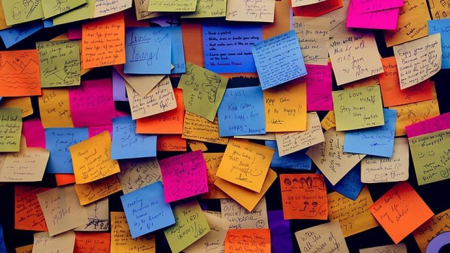 Post-it de colores pegados en la pared