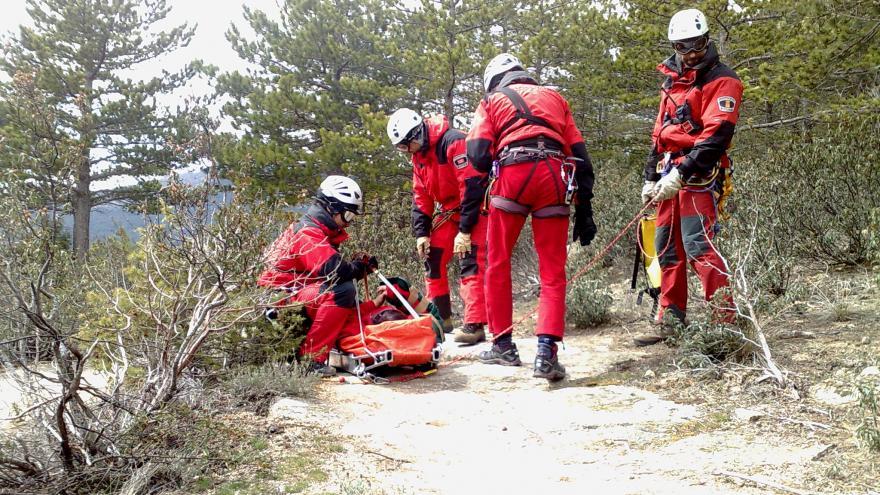Imagen de bomberos del GERA realizando el rescate de una persona