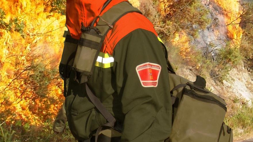 Imagen de agentes forestales en incendio