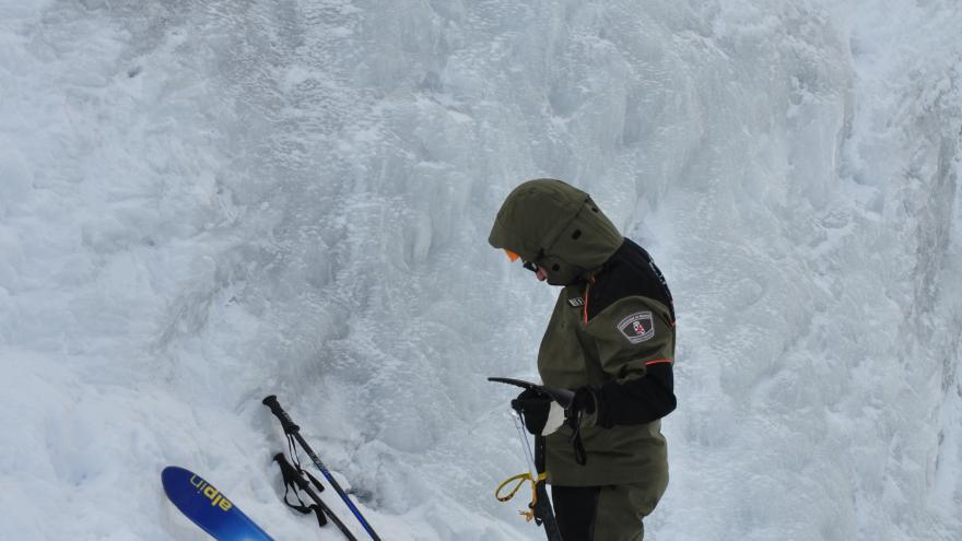 Imagen de agentes forestales en montaña.