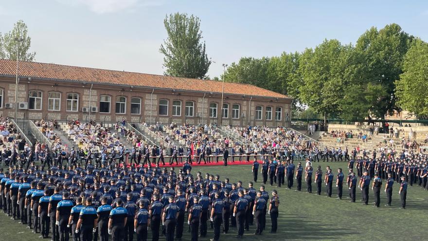Plano general de todos los policías participantes en el acto en formación oficial