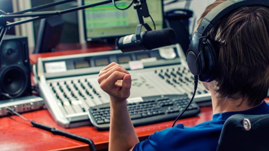 Locutor en un estudio de radio