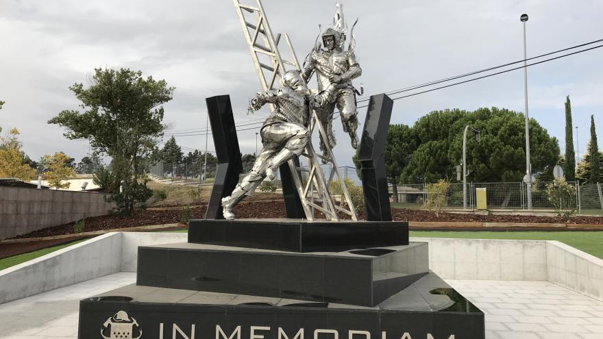 Estatua en honor a los bomberos caídos