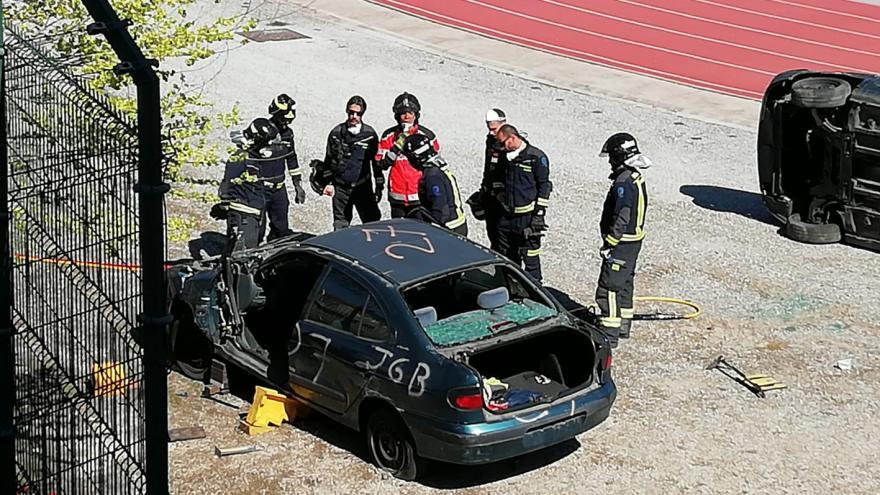 bomberos realizando prácticas de excarcelación de vehículos
