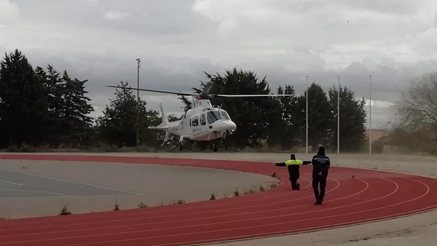 Policías locales en prácticas guiando aterrizaje de helicóptero