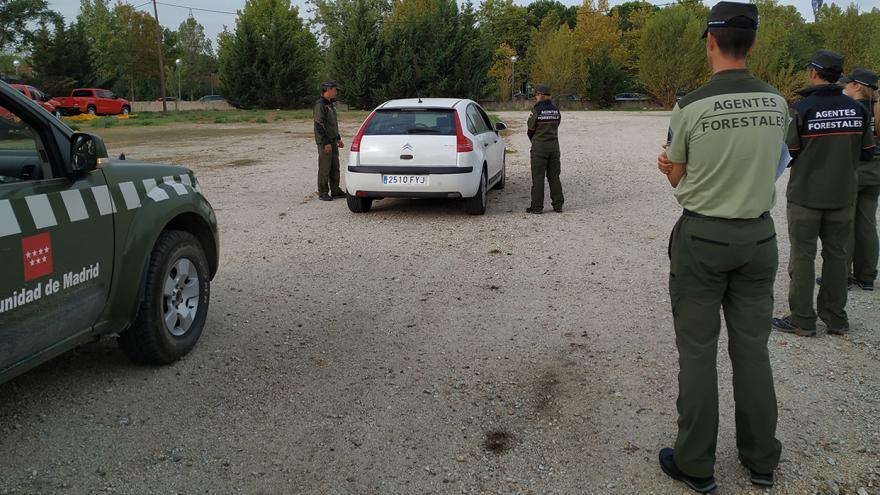 Agentes forestales en prácticas de intervención de vehículos