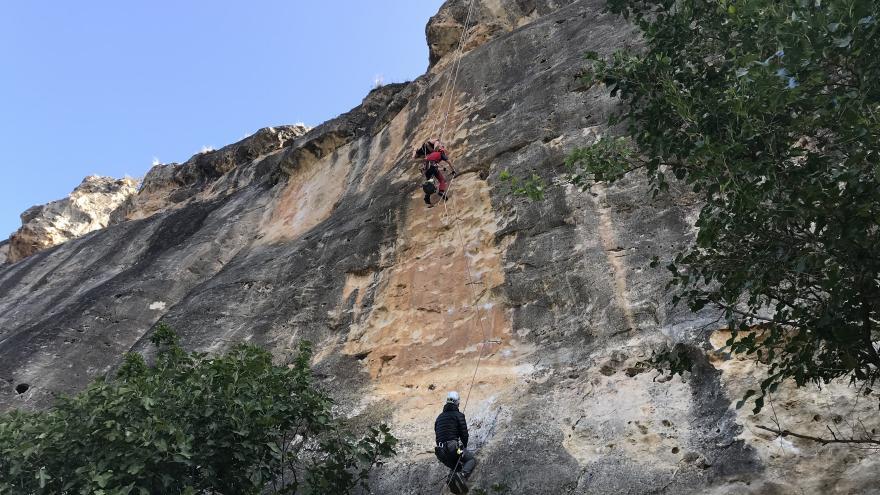 bomberos del GERA descienden una montaña rapelando