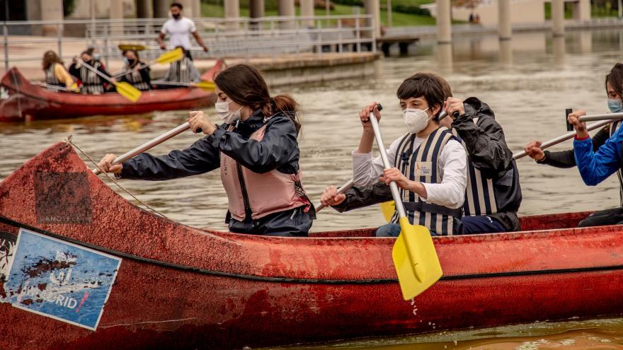 Jóvenes navegando en canoa