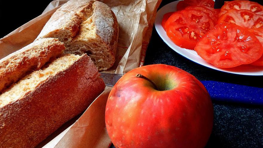 Dos rebanadas de pan de cereales con tomate