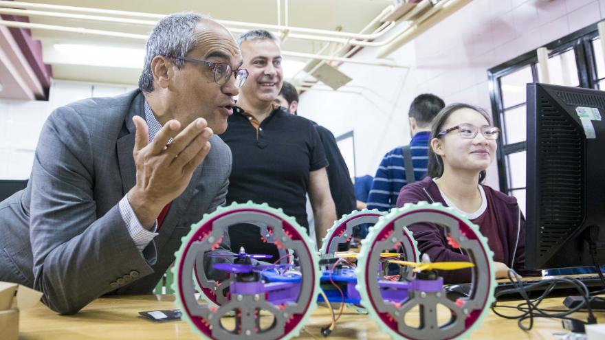 Rafael van Grieken ha visitado el IES Iturralde, donde se desarrolla el proyecto 'Diseña, construye y vuela tu dron'