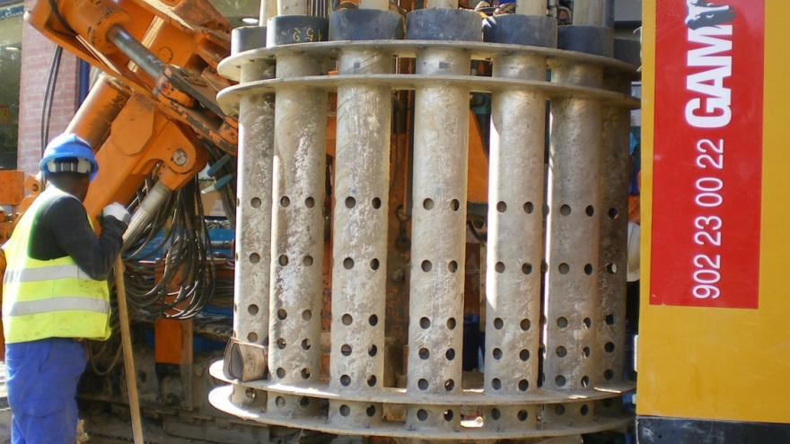 Micropilotadora en las obras de la Línea 2 de Metro a Las Rosas