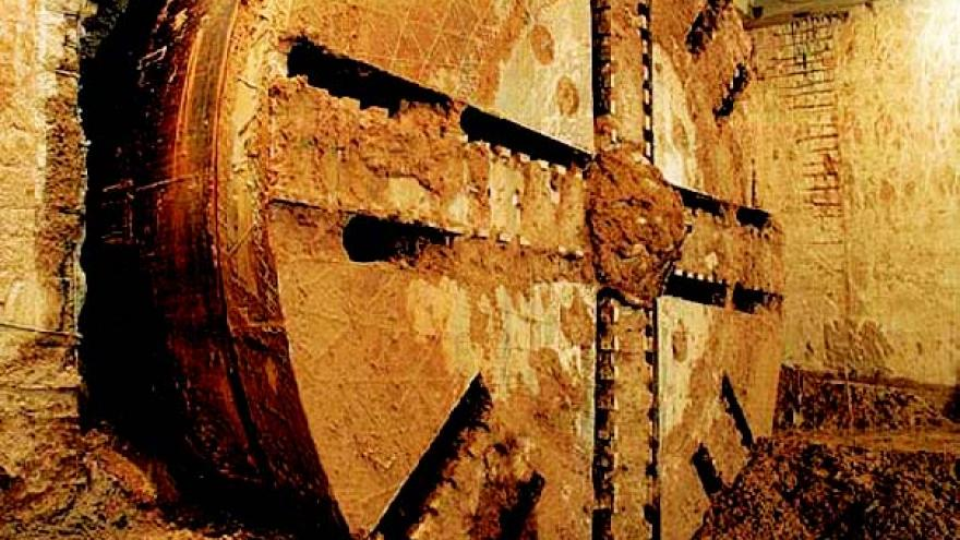 Rueda de corte de la tuneladora calandor el muro pantalla de una estación