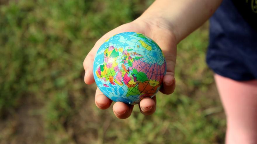 Mano con una bola del mundo