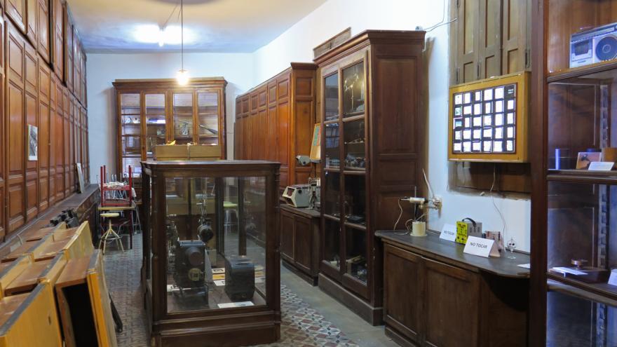 Exhibición y montaje y escalera con tramos intermedios