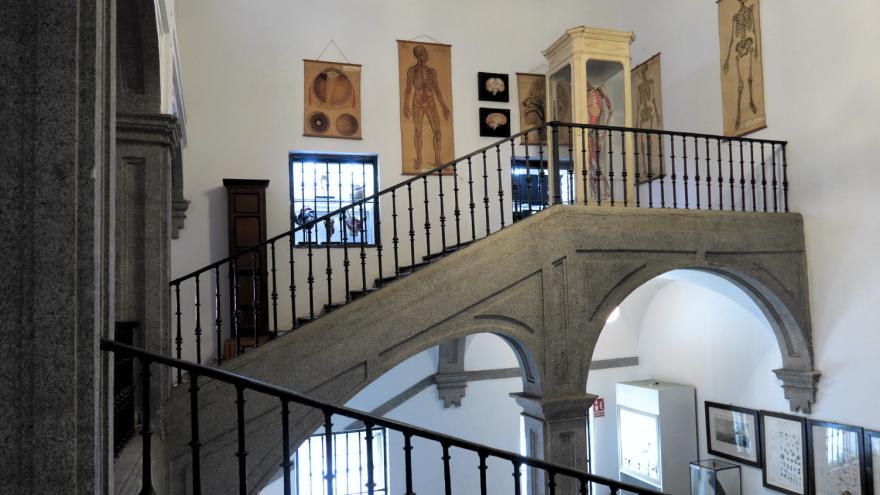 Exhibición y montaje y  escalera, últimos pisos
