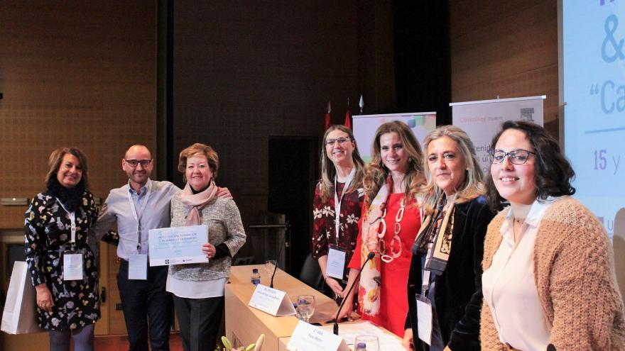 El equipo de enfermería del Hospital recogiendo el Premio durante el Congreso