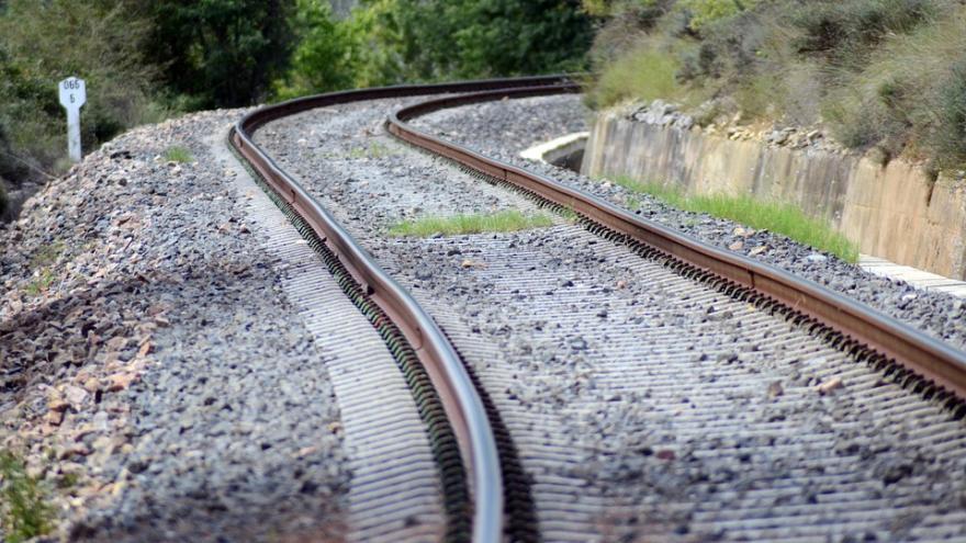Imagen que muestra unas vías de tren serpenteantes