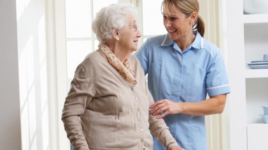 Mujer mayor acompañada por cuidadora