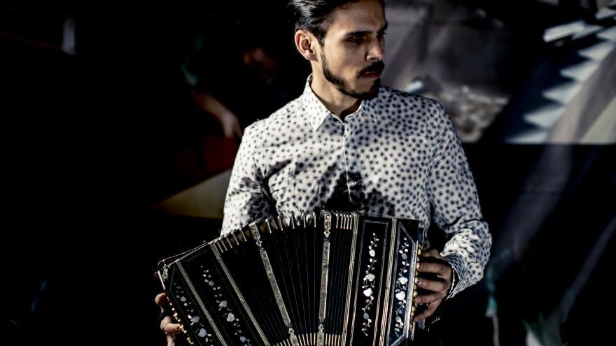 Hombre tocando un bandoneón