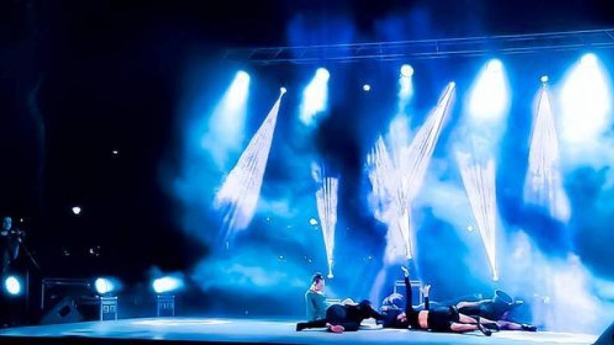 imagen de los bailarines de Ibérica de Danza y Malucos Danza sobre el escenario