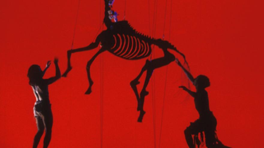 Esqueleto de caballo y dos actores en escenario