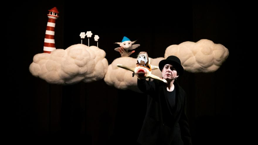 imagen en la que se ve al interprete entre dos nubes en el escenario