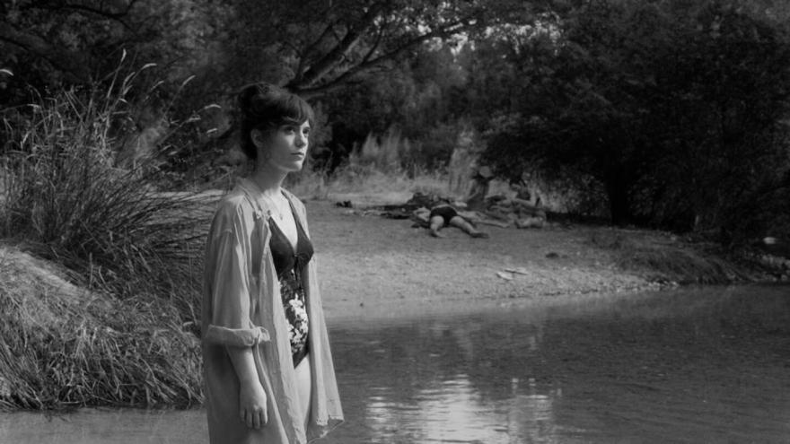 imagen en la que se ve a la protagonista frente a un río