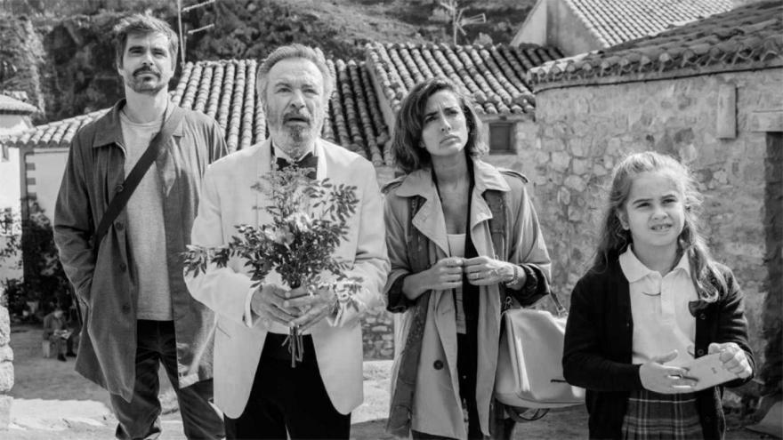 imagen en la que se ve a los protagonistas de la película Vivir dos veces en un pueblo