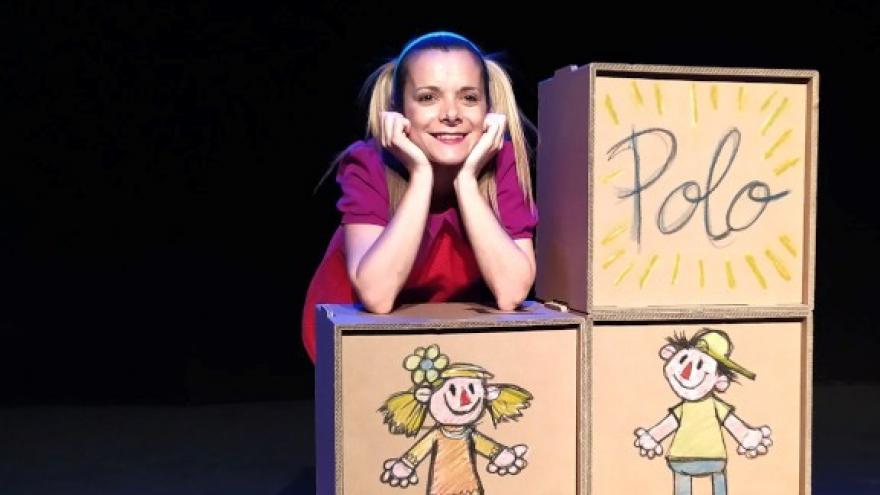 imagen en la que se ve a la actriz apoyando los codos sobre unas cajas con dibujos