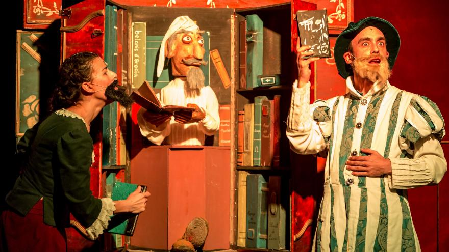 imagen en la que se ven caracterizados a los personajes como Don Quijote y con un títere