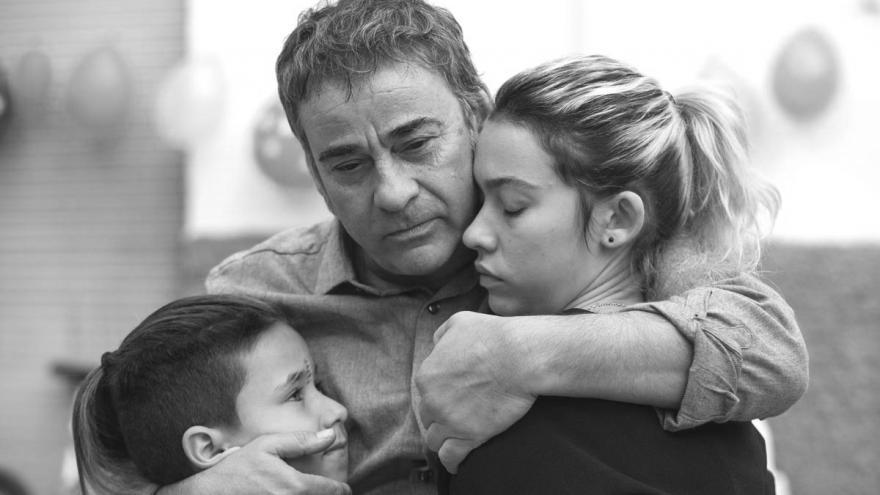 imagen en la que se ve al actor abrazando a sus hijos