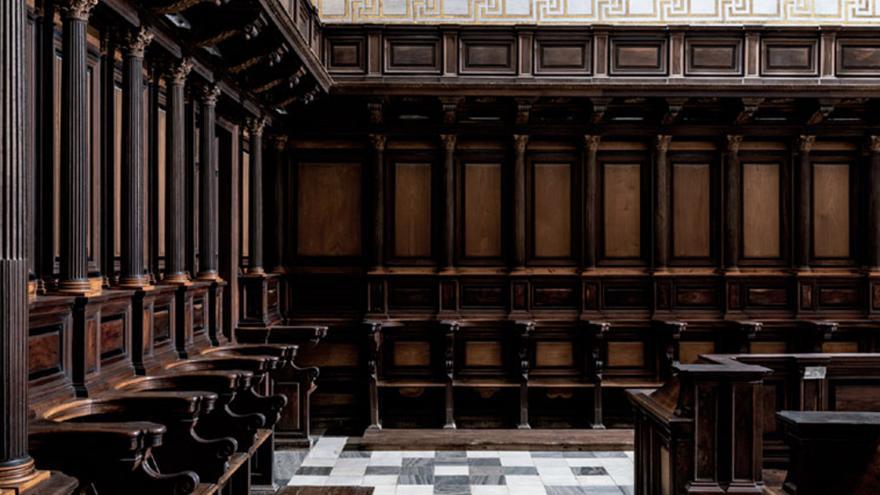 Detalle de una esquina de la sillería de madera y suelo ajedrezado del Monasterio de San Lorenzo de El Escorial. Foto: Juan Baraja