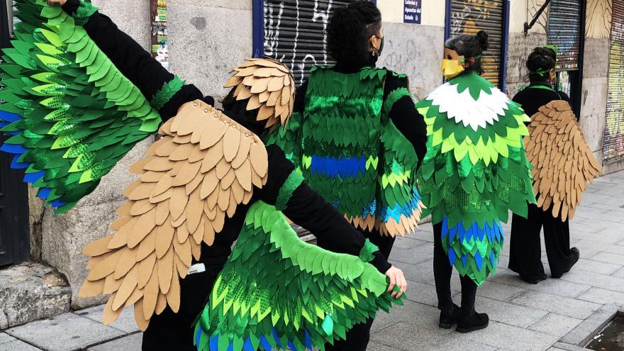 Grupo de personas vestidas de aves
