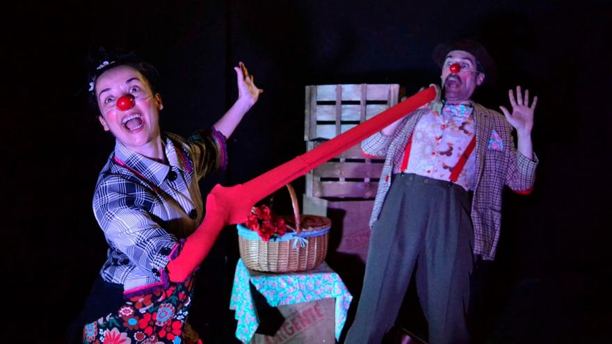 imagen en la que se ve a los dos clown actuando en el escenario
