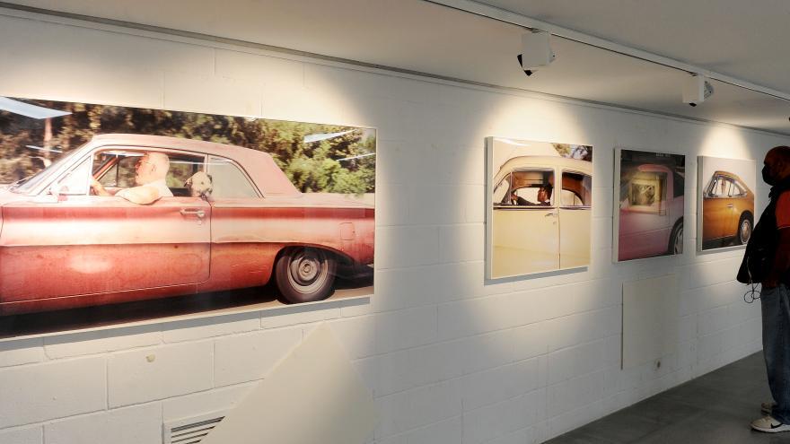Exposición con imágenes de coches