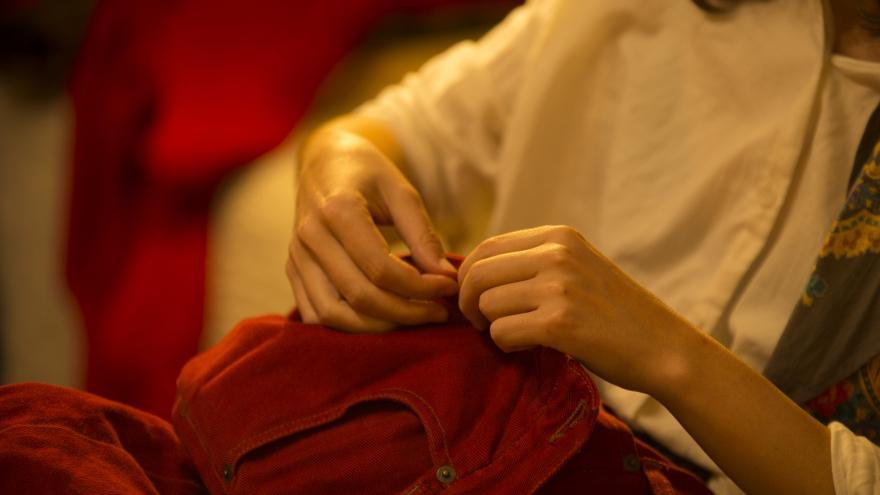 Manos cosiendo