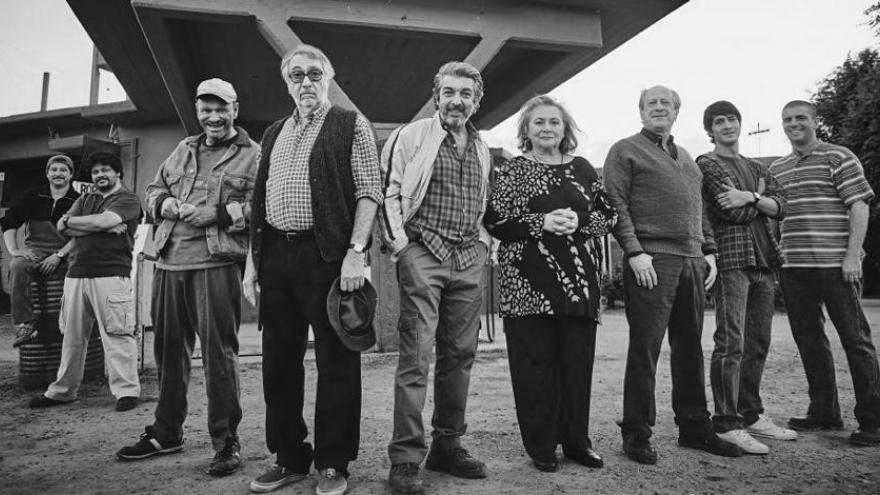 imagen de la película La odisea de los giles en la que se ve al elenco de actores posando debajo de un puente