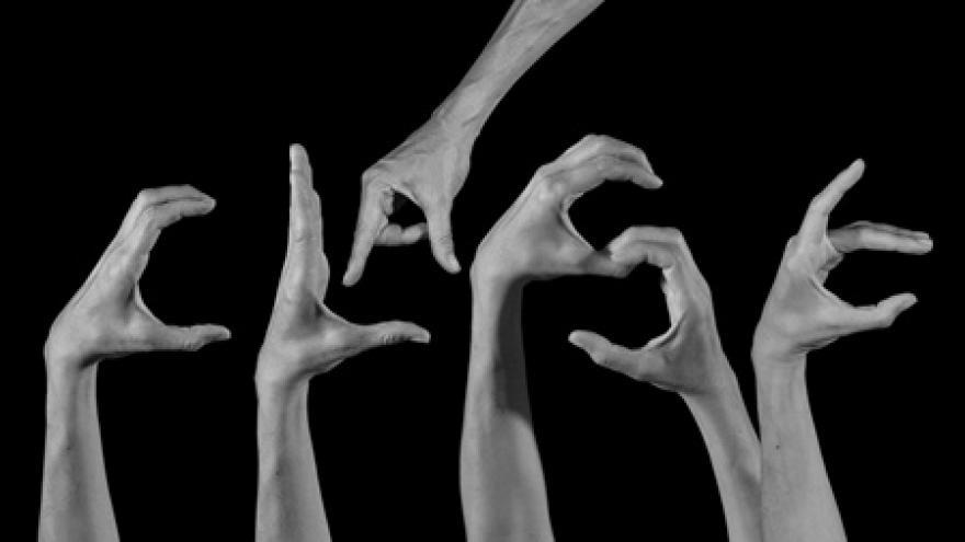 Imagen de manos representando el espectáculo de danza del Grupo de Teatro Martes & Jueves